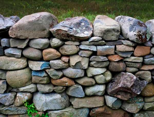 Природные валуны для стен дома